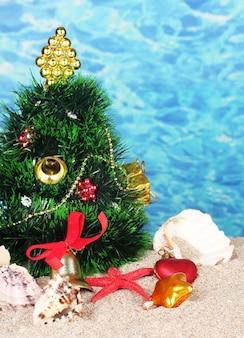 ビーチの砂の上のクリスマスツリー