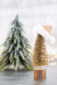 銀、ボケ背景の上のクリスマスツリー。