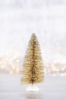 Рождественская елка на серебре, фоне боке.