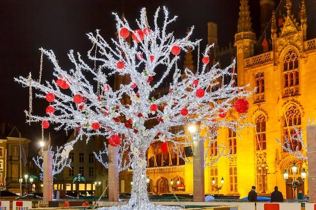 ベルギー、ブルージュのマーケットプレイスにある州裁判所の前のリンクにあるクリスマスツリー