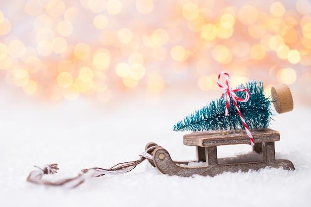 Елка на санках. рождество и новый год золотой фон темы.