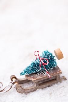 Елка на санках. поверхность темы золота рождества и нового года.