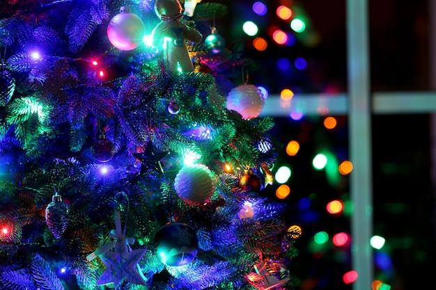 ウィンドウの背景にクリスマスツリー