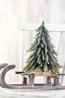 Рождественская елка на деревянном фоне боке. концепция празднования рождественских каникул. открытка.