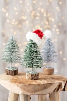 Рождественская елка на деревянном фоне боке. концепция празднования рождественских каникул. открытка. Premium Фотографии
