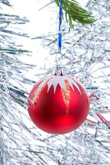 白い背景の上のクリスマスツリーの装飾品