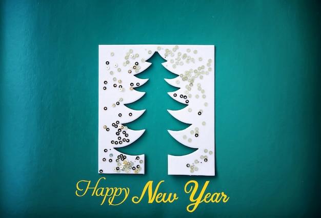 크리스마스 트리 종이 커팅 디자인 페이퍼크래프트 카드입니다. 흰색, 빨간색 및 녹색 색상