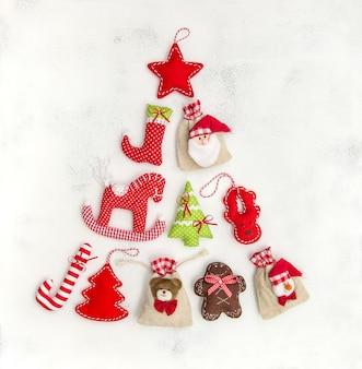 장식품, 장식 및 선물 가방 모양의 크리스마스 트리. 휴일 배경