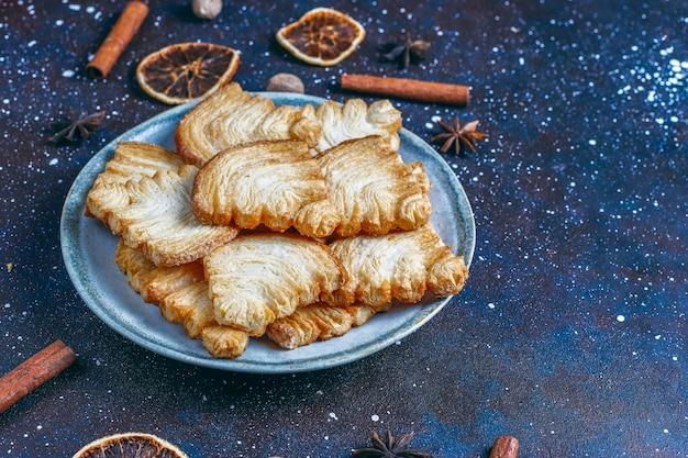Biscotti di pasta sfoglia a forma di albero di natale.