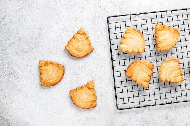 クリスマスツリーの形をしたパイ生地のクッキー。