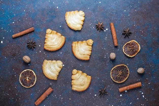크리스마스 트리 모양의 퍼프 페이스 트리 쿠키.