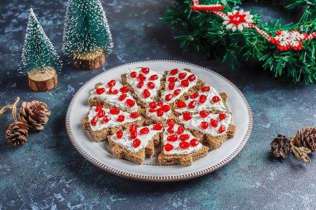 크리스마스 트리 모양의 간식.