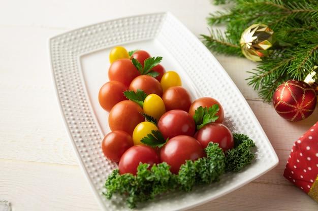 皿の上のクリスマスツリーのトマト