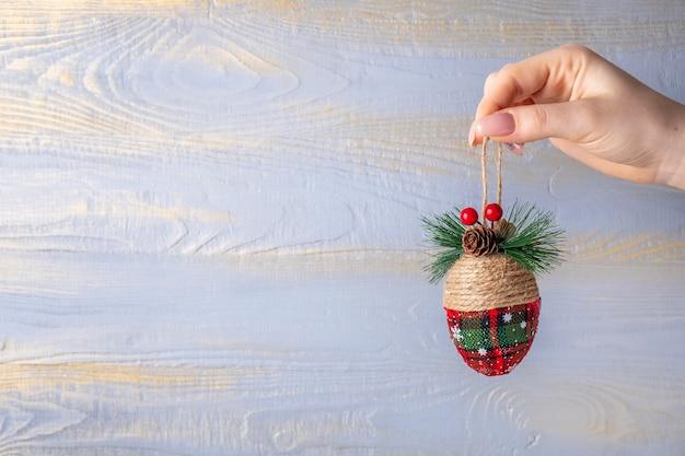 クリスマスツリーのおもちゃのバンプ。テキスト用のスペース