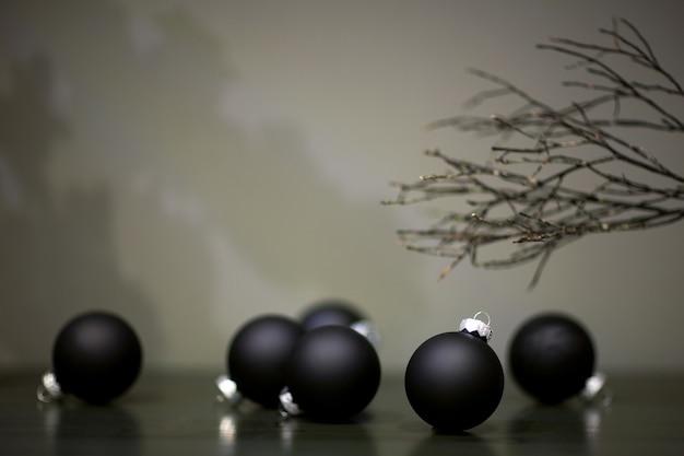 クリスマスツリーのおもちゃマットな黒い色と灰色の背景の木の枝