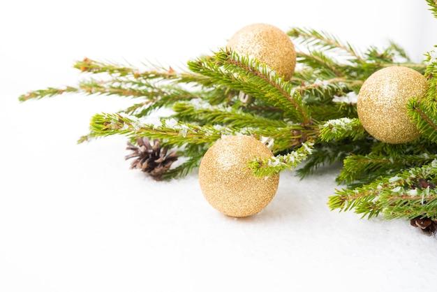 흰색 배경, 클로즈업, 복사 공간에 격리된 크리스마스 트리 분기에 있는 크리스마스 트리 장난감