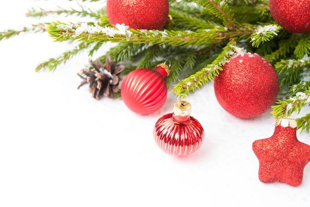 흰색 배경, 클로즈업, 선택적 초점에 격리된 크리스마스 트리 분기에 있는 크리스마스 트리 장난감
