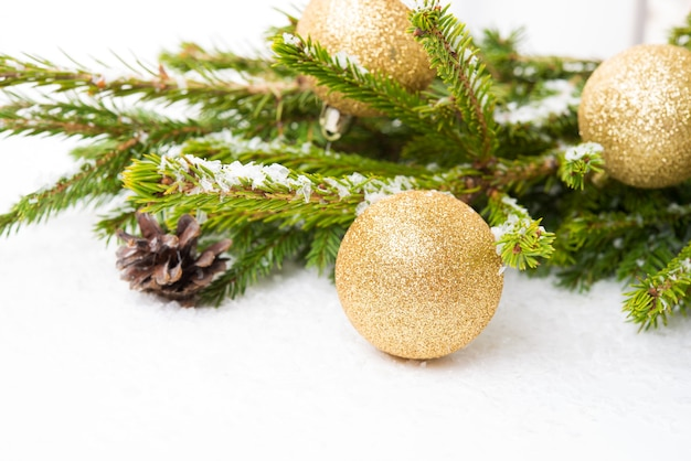 흰색 배경, 선택적 초점, 복사 공간에 격리된 크리스마스 나무 가지에 있는 크리스마스 트리 장난감