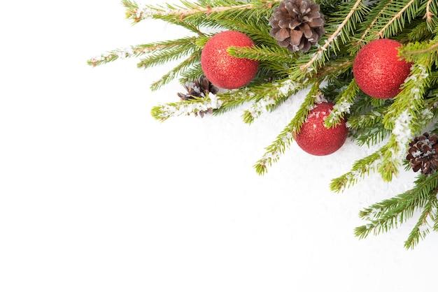 흰색 배경, 위쪽 보기, 복사 공간에 격리된 크리스마스 트리 분기에 있는 크리스마스 트리 장난감
