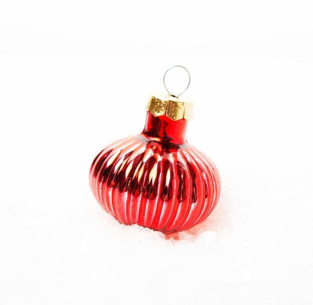 흰색 배경에 크리스마스 트리 장난감, 클로즈업
