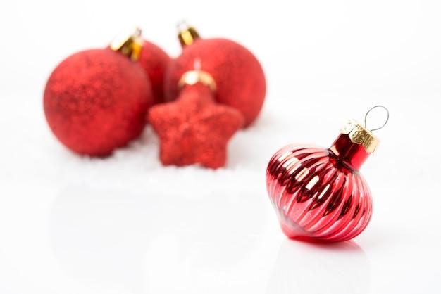 크리스마스 트리 장난감, 흰색 배경에 빨간 크리스마스 공, 선택적 초점