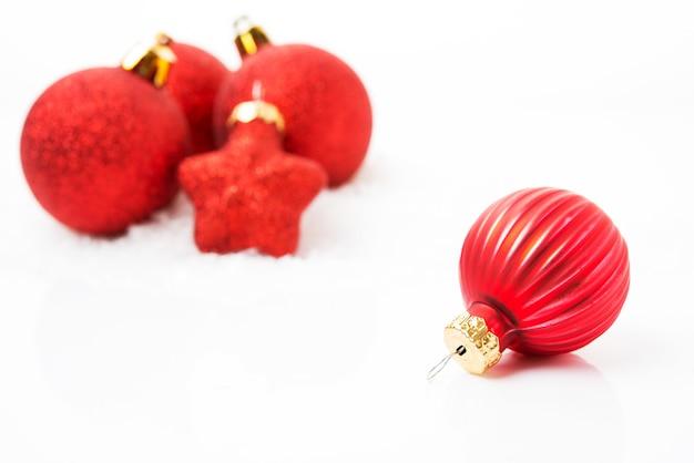 크리스마스 트리 장난감, 흰색 배경에 빨간 크리스마스 공, 클로즈업, 선택적 초점