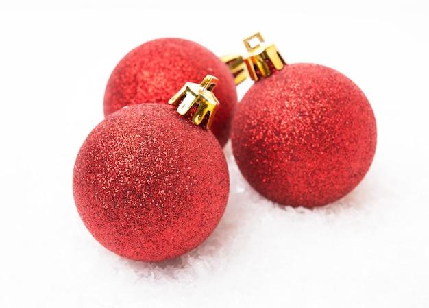 크리스마스 트리 장난감, 흰색 배경에 빨간 크리스마스 공, 클로즈업