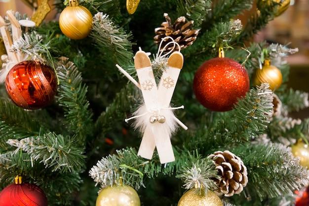크리스마스 트리 특이한 장식나무 스키 배경