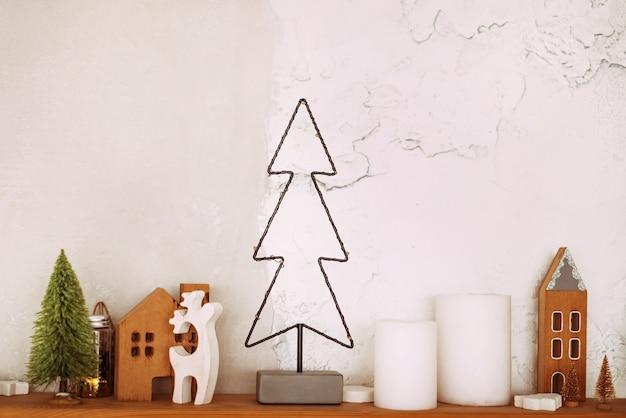 집 집, 사슴, 크리스마스 트리와 크리스마스 트리. 밝은 배경에 크리스마스 분위기입니다.