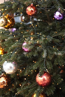 아름 다운 장식 공 및 조명 크리스마스 트리