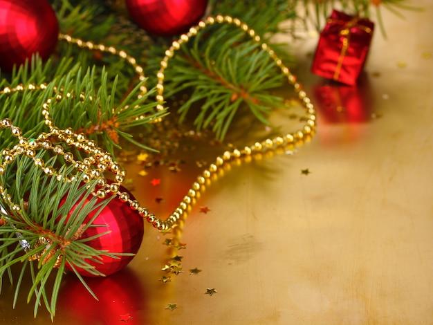 Елка с красивыми новогодними шарами на столе