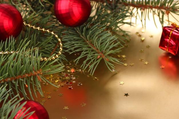 テーブルの上に美しい新年のボールとクリスマスツリー