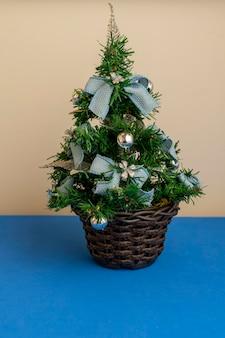 파란색 장식이 있는 크리스마스 트리