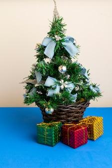 선물과 함께 파란색 장신구와 크리스마스 트리