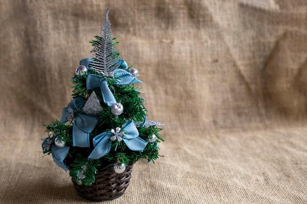 황마 천에 파란색 리본이 달린 크리스마스 트리