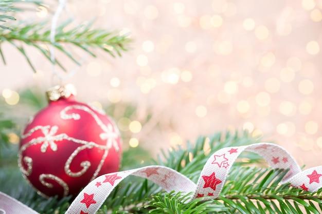 Рождественская елка с огнями боке
