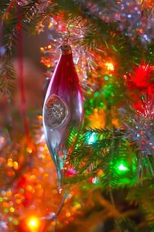 枝に明るい装飾が施されたクリスマスツリー。