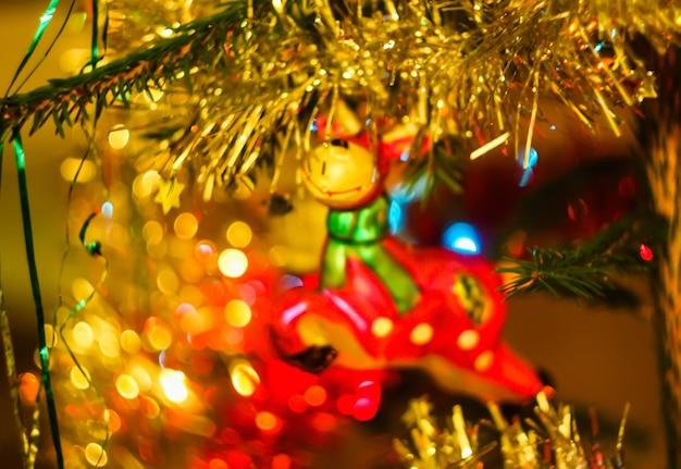나뭇가지에 밝은 장식이 있는 크리스마스 트리.