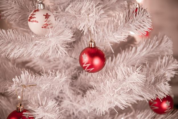 Рождественская елка с елочными шарами.