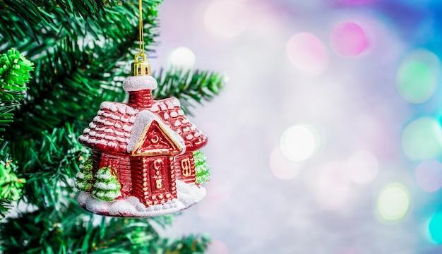 クリスマスの装飾と背景に焦点がぼけたカラフルなライトとクリスマスツリー