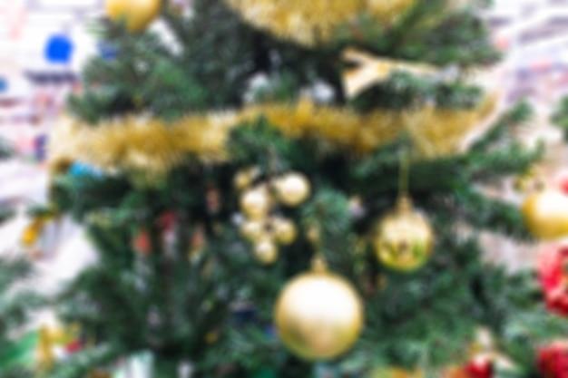 クリスマスの装飾が施されたクリスマスツリー。背景がぼやけている