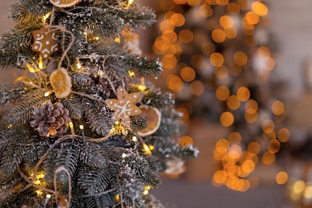 Рождественская елка с елочные игрушки, гирлянды, пряники.