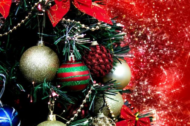赤い背景にカラフルな飾りとクリスマスツリー。
