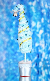 Рождественская елка с изогнутым кончиком на ярком фоне