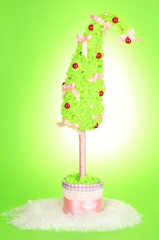 緑の背景に湾曲した先端を持つクリスマスツリー