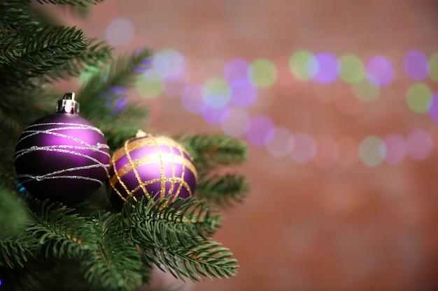 Рождественская елка с декором на ярком фоне, крупным планом