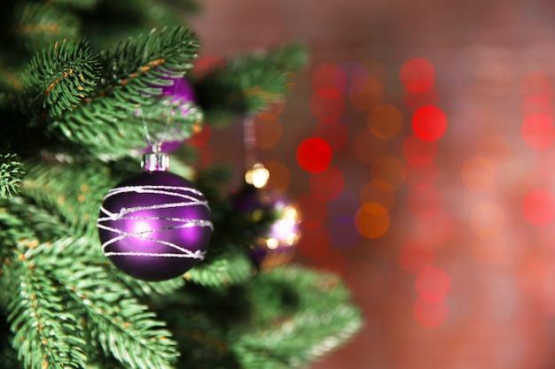 明るい装飾が施されたクリスマス ツリー
