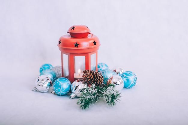 木製のテーブルに飾られたクリスマスツリー。