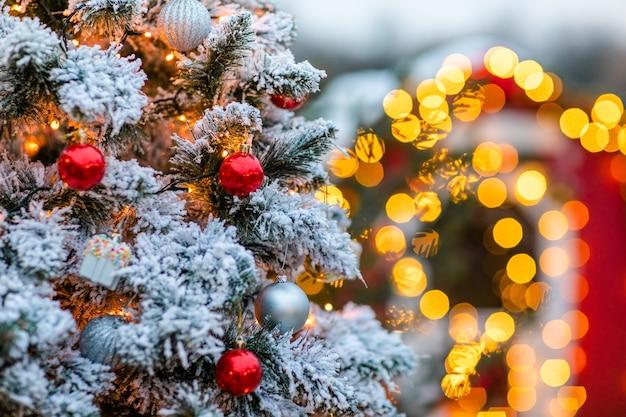 装飾と雪のクリスマスツリー