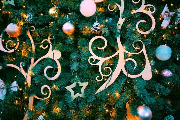 針葉樹の枝の円錐形の装飾新年気分パターンと明るいボールとクリスマスツリー...